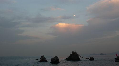 moon at 16:00  - photo : LEICA D-LUX3 DC Vario-Elmarit f2.8-4.9/9-23 ASPH
